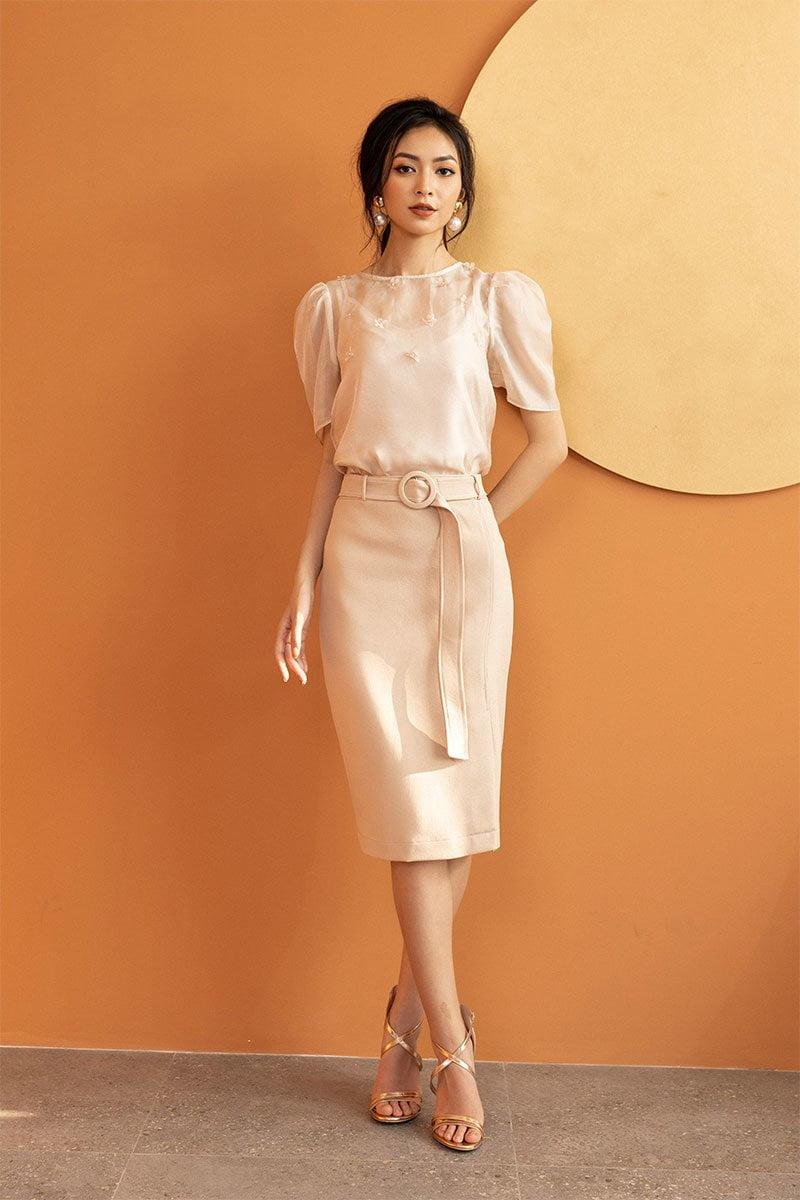 1, Điệu đà và quyến rũ với áo sơ mi nữ kết hợp cùng chân váy