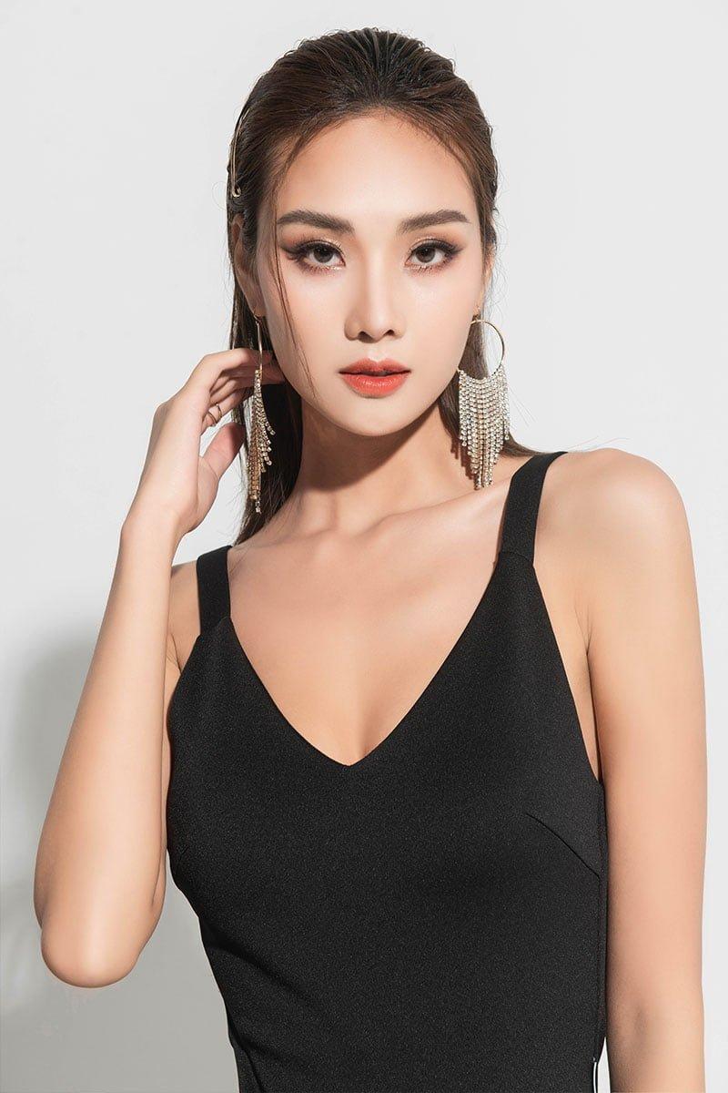 Đầm ôm hai dây xẻ sườn đen